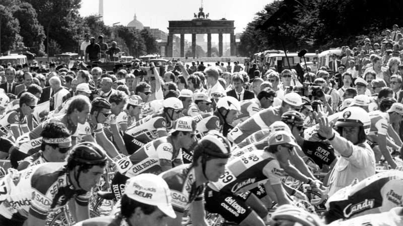 The peloton passes near the Brandenburg Gate