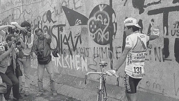 The Colombian rider Luis Herrera surrounded by photographers at the wall.