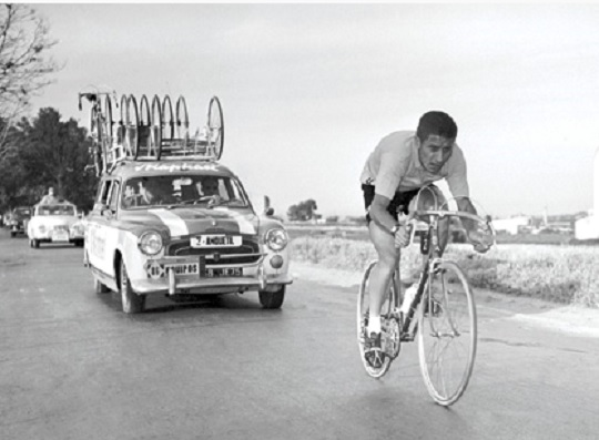 Anquetil in time-trial action in the 1963 Vuelta (Photo: Biciciclismo)