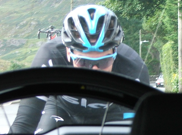 Elia Viviani chasing back at 80kmph