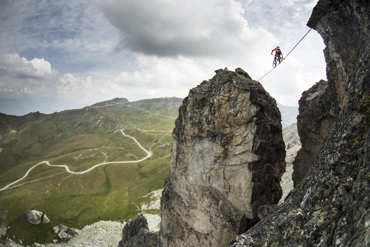 VIDEO) Riding a bike along a 18m-long slackline, 112m above a gorge ...