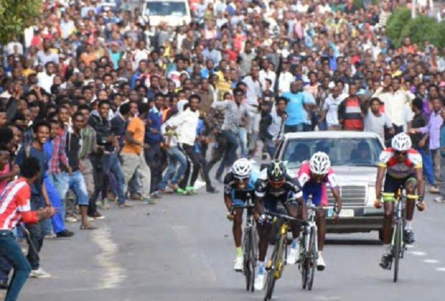 Incredible photo highlights popularity of bike racing in ...